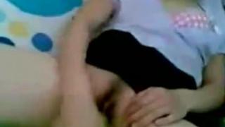 [房間自拍]小情侶放學後!躲到房間拿小黃瓜狂弄女友~她也玩的好開心!但這尺寸是不是有點。。。(有影)