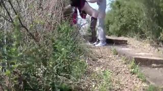 [野外自拍]騷人妻登山步道騎小孩!內射超多又濃全都滴到地上啦(有影)