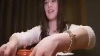新着動画: 薄毛のおまんこ美女がおこたで手マン!【pornhub】