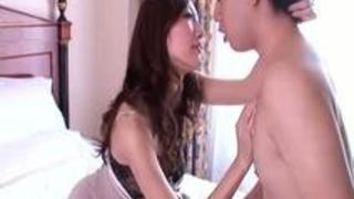 豊満美女がホテルの一室で若い男と眉間にしわを寄せながら腰を振りまくる
