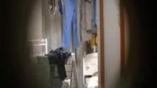 【盗撮動画】一人暮らしの超カワイイ素人JDちゃんが全裸になってブラッシングしてる無防備なところドアの覗き穴から盗撮することに成功したよw