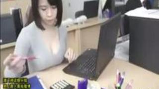 【動画】爆乳OL!ノーブラ爆乳を服の上からモミモミ!出てきたエロいおっぱい!