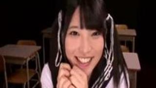 【コスプレレズ動画】美少女JKの手マンに上原亜衣が教壇の上からスプラッシュな潮吹き