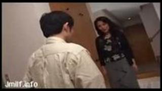 【人妻動画】玄関でオマンマンを触らせ誘うオバサン奥様!自分でオマンマンをひろげ「あ~ん なめて~」