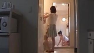 日本のお母さんは夫婦を助けるために腹を貸す