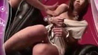 カレンはカムで捉えられた玩具のポルノシーンを驚かせる