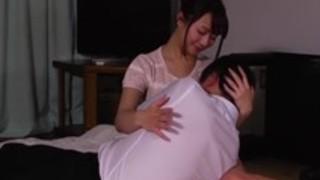 ラテックス手袋を着て日本のお母さんは彼女の息子のコックをきれいにし、