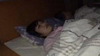 自然な胸で眠っている日本の妻は、POVでぬるぬきのフェラチオを与えます