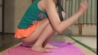 日本の十代の女の子の裸のヨガを覗く。