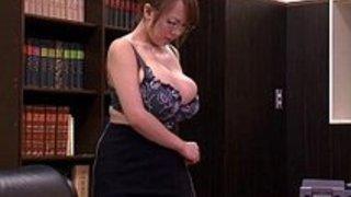 【田中瞳】爆乳メガネ秘書。セクシー巨乳ボディのメガネ美人秘書がピンチです!