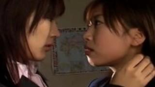 教師と彼女の学生は熱いレズビアンのアクションでファック。