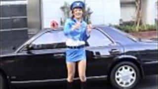 日本の公的なヌードのミニスカート警察のストライテ