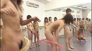 何故か茶髪のギャルたちが、ダンススタジオっぽい所で全裸でトレーニング…フェチの世界…出口無し!!素人|イクイクXVIDEOS日本人無料エロ動画まとめ