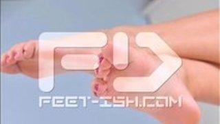 【足フェチ必見】自分の足をセルフ舐めするお姉さんがエロ過ぎる件wwwwwwwww