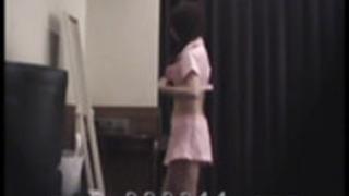 日本のAV女優の着替えをのぞき。