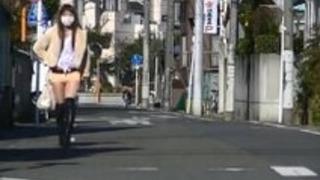 ミニスカートハイヒールストリート展示会で日本のMILF恥ずかしい暴露!