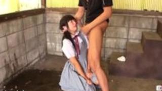 パイパンでスレンダーのスクール制服の女の子を小屋でヤラれる、イラマ気味にフェラチオさせて