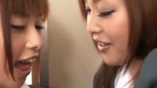 女子高生のキスは、他の女子高生オンで吸引彼女の乳ラビング乳首の取得