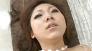 椿真姫は石鹸と彼女の完璧な猫で遊んでいます