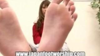 【生足】ジーンズを履いた美人女性のつま先を舐める変態男性【足裏】