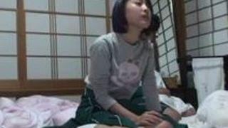 エロ動画を見ていたらムラムラしてしまった美人娘女学生(小倉ゆず)にいたずらしちゃう動画