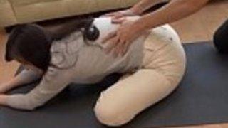 日本のママと息子はヨガのヨガの練習をするLinkFull:http://q.gs/E6ZYB