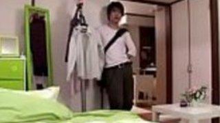 隣人による日本の十代の強制的な性交