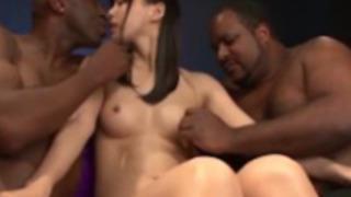 【葵つかさ】黒人のデカチンをキツマンに挿入されるロリカワ美人娘の悶絶3P乱交!